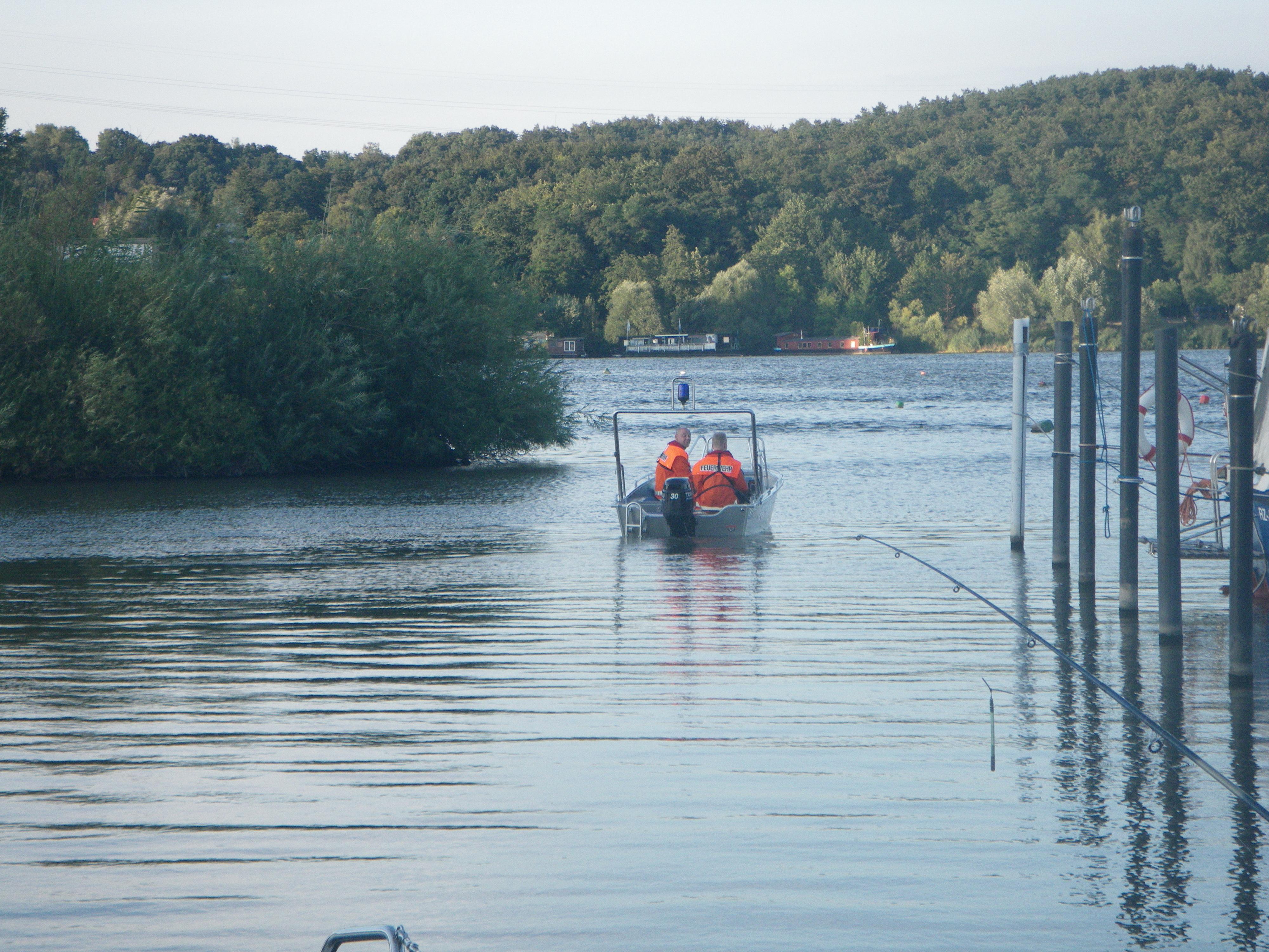 Feuerwehrboot auf dem Weg zu dem havarierten Bunkerboot